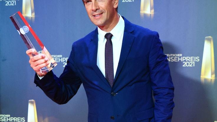 """Moderator Markus Lanz freut sich nach der Verleihung des Deutschen Fernsehpreises 2021 im Tanzbrunnen über die Auszeichnung in der Kategorie """"Beste Information""""."""