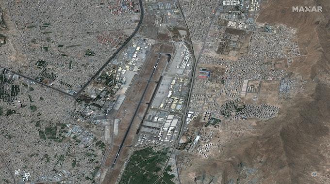 Dieses Satellitenbild von Maxar Technologies zeigt einen Überblick über den internationalen Flughafen Hamid Karzai.