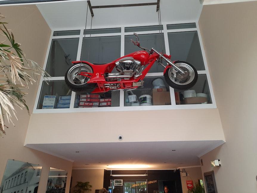 """Michaels Schumachers Harley Davidson """"MS1 Limited Edition"""" an der Decke der Eingangshalle des Hotels """"Wildeshauser Hof"""""""