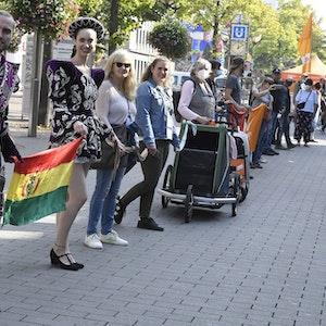 In Duisburg haben Aktivisten am Samstag (18. September) eine Menschenkette durch die Stadt gebildet.
