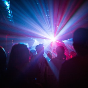 """Auf unserem Symbolfoto tanzen Menschen in einer Disco. Nach einer """"2G""""-Party in Münster haben sich mehrere Menschen mit dem Coronavirus infiziert."""