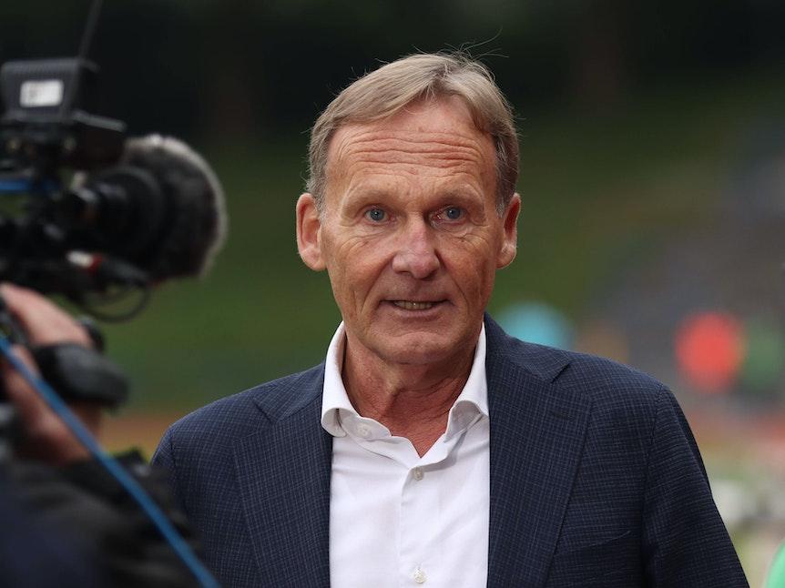 Joachim Watzke wird während eines Interviews mit einer Kamera gefilmt.