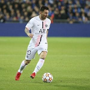 Lionel Messi führt den Ball am Fuß.