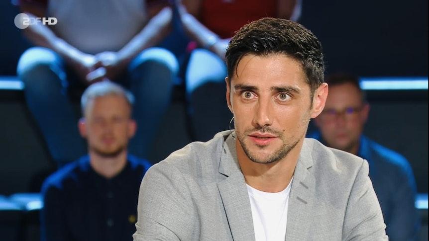 """Lars Stindl, Kapitän von Fußball-Bundesligist Borussia Mönchengladbach, ist am Samstag (18. September 2021) zu später Stunde zu Gast im """"ZDF-Sportstudio"""" gewesen. Stindl lächelt in die Kamera."""