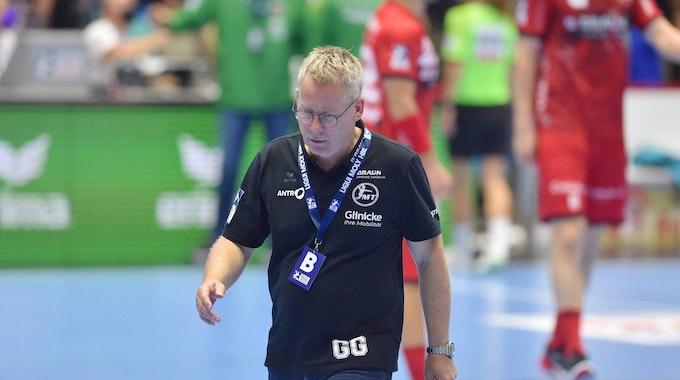 Melsungens Trainer Gudmundur Gudmundsson geht vom Feld.