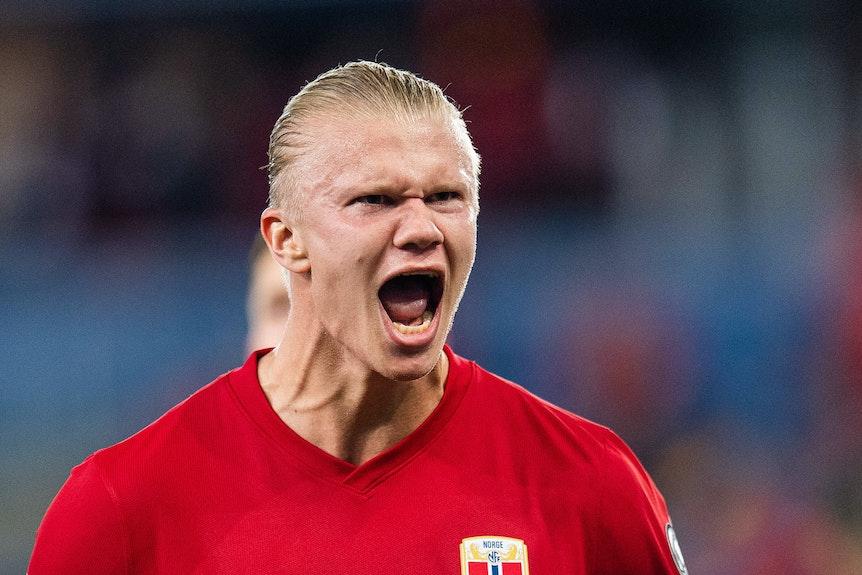 Der Norweger Erling Haaland reißt beim Länderspiel seinen Mund auf.