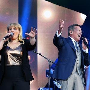 """Der Sänger Roland Kaiser und die Sängerin Maite Kelly stehen am 28.Juli 2016 in Dresden beim Open Air Konzert """"Kaisermania 2016"""" am Elbufer im Rahmen der Filmnächte auf der Bühne."""