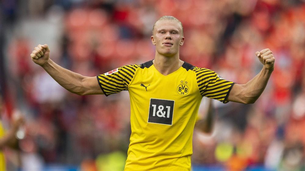 Erling Haaland ballt beim Spiel in Leverkusen die Fäuste.