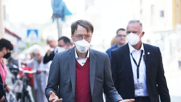Karl Lauterbach, hier am 9. September im Wahlkampf bei Delbrück, will das Ende der Corona-Beschränkungen nicht übereilen.