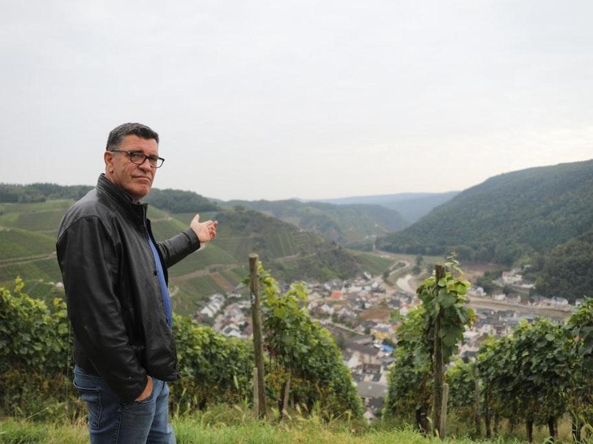 Anwohner Volker Gütten zeigt auf das durch die Hochwasserkatastrophe ruinierte Dernau im Ahrtal.