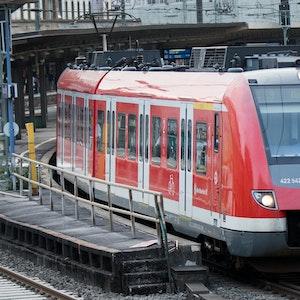 Eine S-Bahn verlässt den Hauptbahnhof