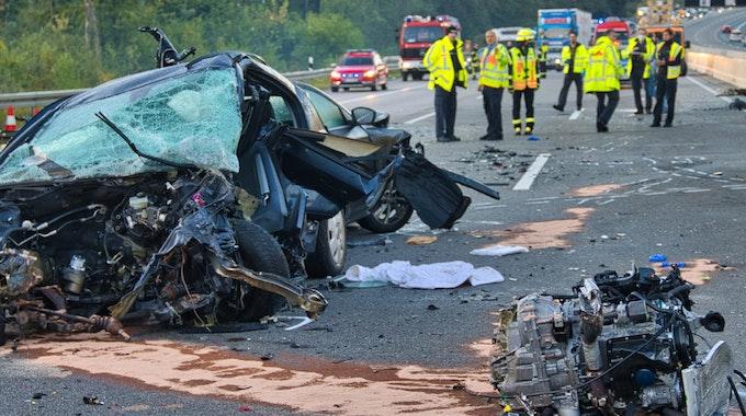 Die Retter stießen bei dem Unfall auf der A5 in Hessen am Sonntag (19. September) auf ein schockierendes Trümmerfeld.