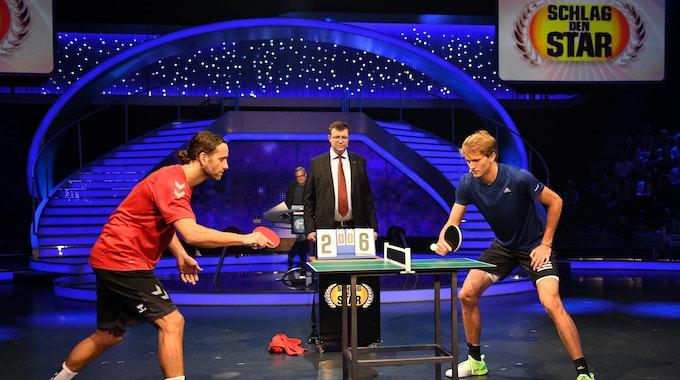 Alexander Zverev (r.) und Silvio Heinevetter duellieren sich bei Schlag den Star im Tischtennis.