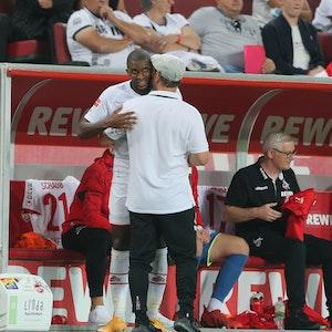 Steffen Baumgart umarmt Anthony Modeste bei 1. FC Köln gegen RB Leipzig.