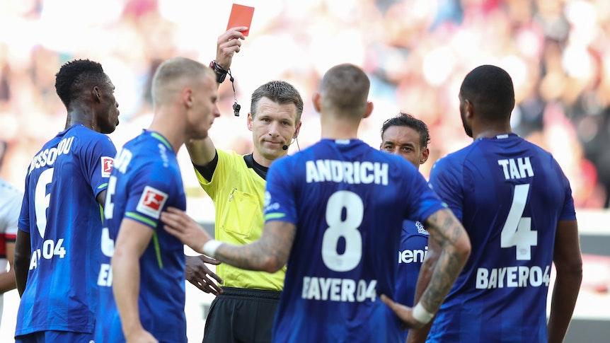 Schiedsrichter Benjamin Cortus zeigt Leverkusens Robert Andrich nach dem Videobeweis die Rote Karte.