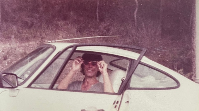 Wolfgang Heider sitzt in einem Porsche.