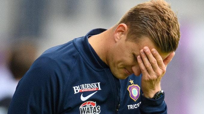 Aues Trainer Aleksey Shpilevski reagiert enttäuscht beim Spiel gegen Paderborn.