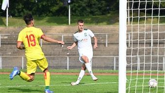 Gladbach-Spieler Torben Müsel (r.) trifft im Regionalliga-Duell der U23 von Borussia Mönchengladbach gegen den 1. FC Köln am 18. September 2021 zwei Mal. In dieser Szene schiebt Müsel den Ball in das leere Kölner Tor.