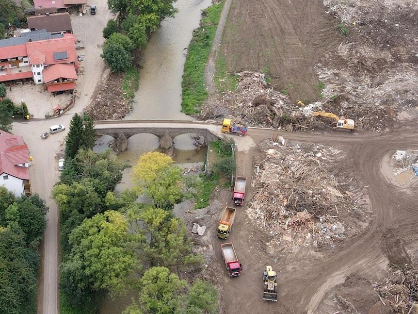Blick aus 100 Metern Höhe auf das durch die Flut zerstörte Dorf im Ahrtal.