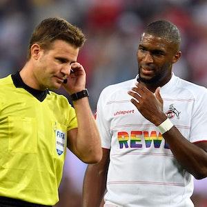 Anthony Modeste wartet beim Bundesliga-Spiel 1. FC Köln gegen RB Leipzig auf die Entscheidung von Schiedsrichter Felix Brych.