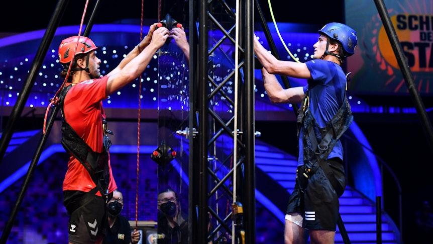 Alexander Zverev und Silvio Heinevetter klettern bei Schlag den Star um die Wette.