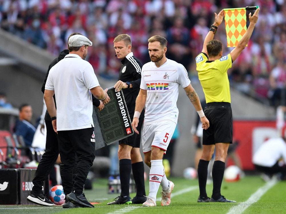 Steffen Baumgart nimmt Rafael Czichos gegen Leipzig vom Platz.