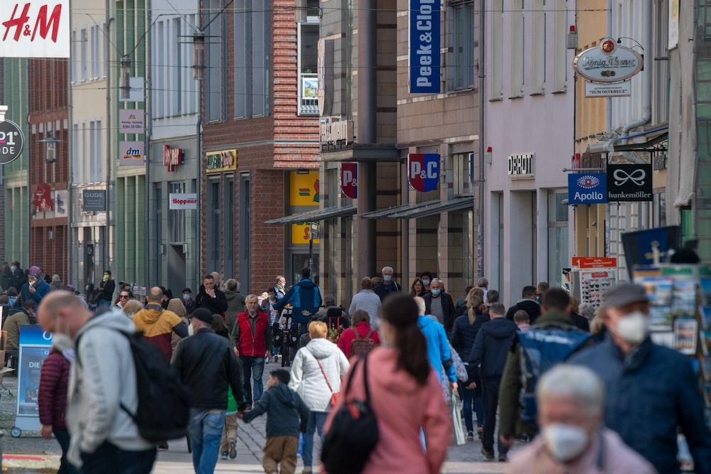 Auf der Einkaufsstraße und Fußgängerzone Ossenreyer Straße sind im Mai 2021 zahlreiche Passanten unterwegs. Die Corona-Pandemie hat das Leben vieler Deutschen nachhaltig verändert.