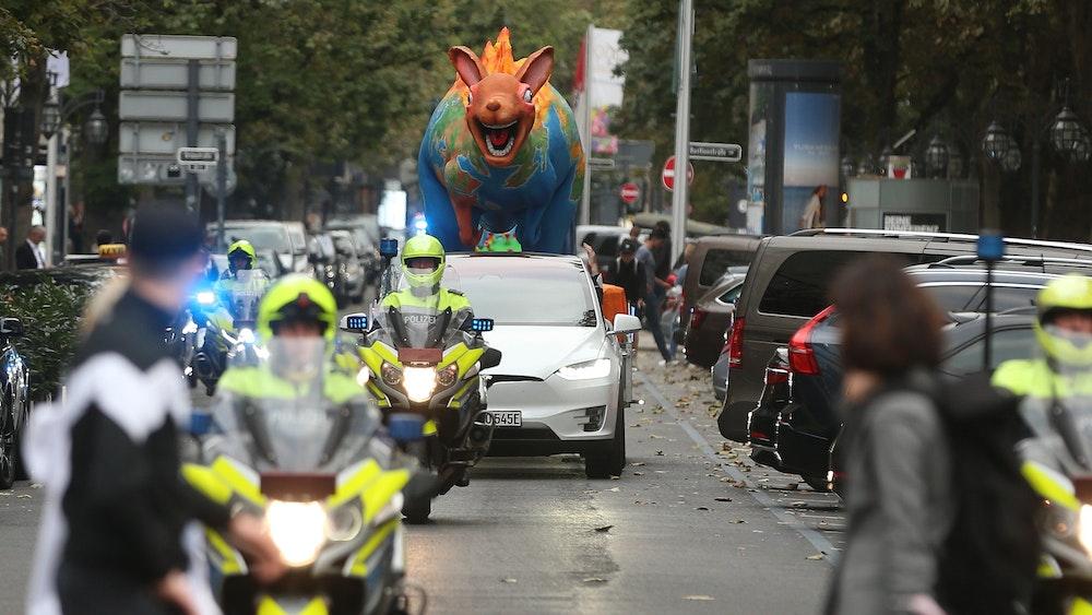 Die Polizei eskortiert die Mottowagen von Jacques Tilly durch die Düsseldorfer Innenstadt.