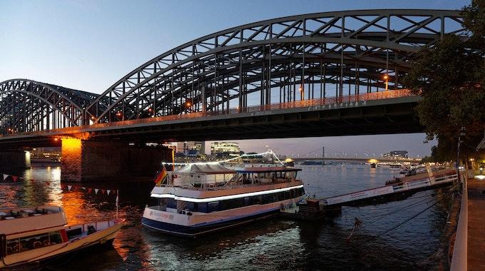 Schiffe auf dem Rhein bei Sonnenaufgang in Köln.