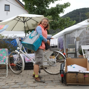 Fluthelferin Simone Bartsch mit ihrem Equipment an der O-AHR-se in Dernau.