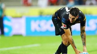 Dominik Szoboszlai legt sich den Ball beim Spiel in Köln zurecht.