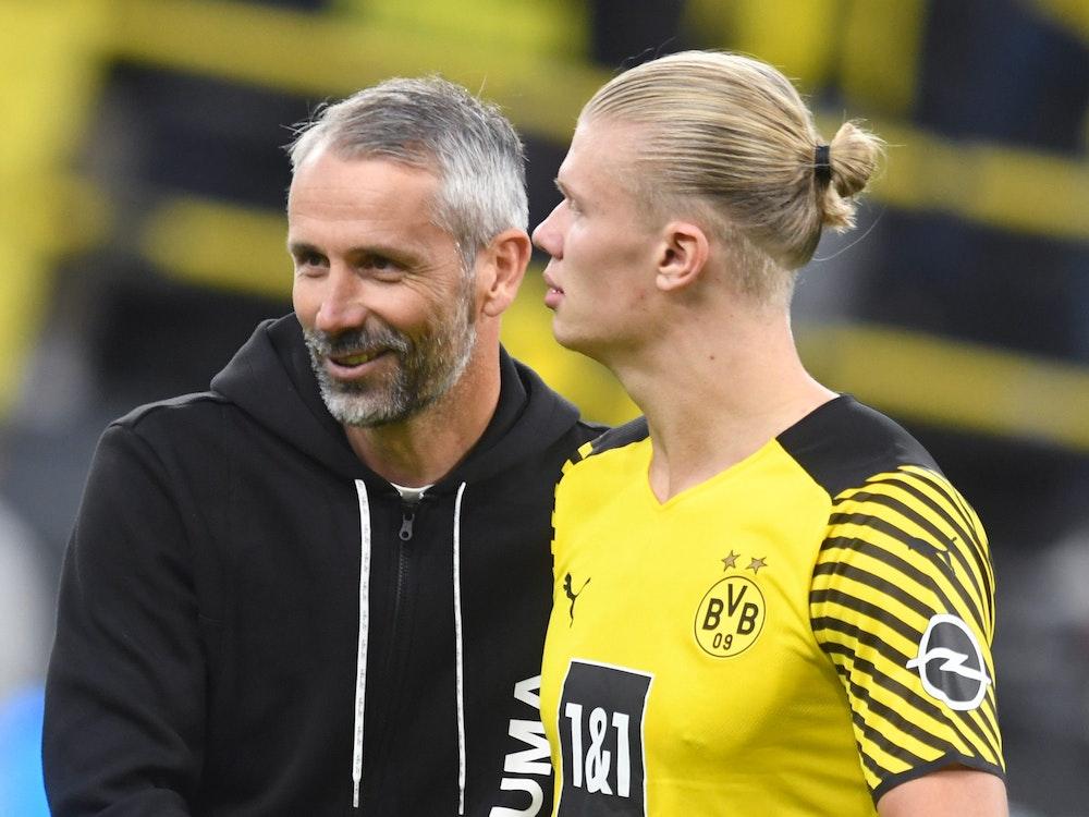 Dortmunds Trainer Marco Rose (l) bedankt sich nach dem Spiel bei Erling Haaland.