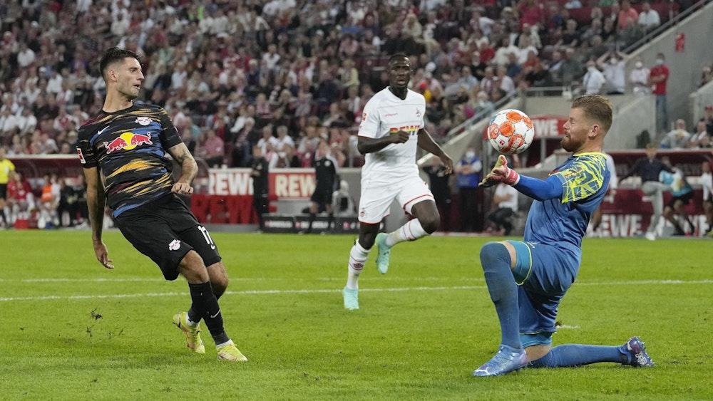 Timo Horn vom 1. FC Köln pariert gegen Leipzigs Dominik Szoboszlai.