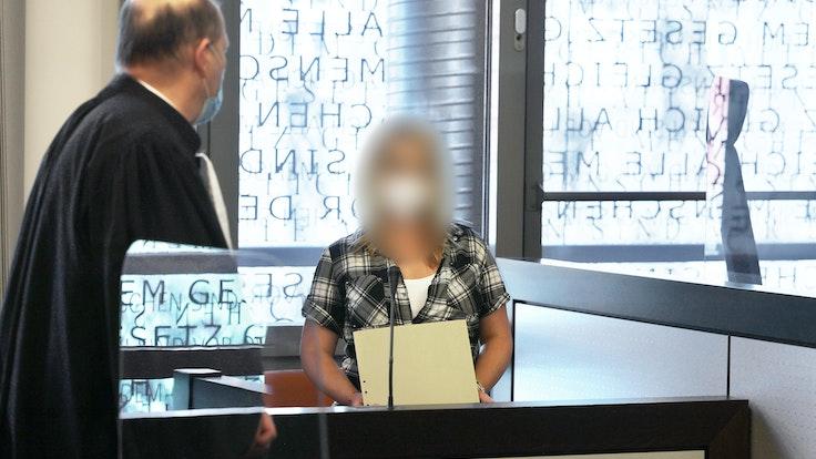 Die angeklagte Mutter spricht am 14. Juni 2021 beim Prozessauftakt in Wuppertal mit einem ihrer Anwälte. Im Fall der fünf getöteten Kinder in Solingen wird vor dem Landgericht Wuppertal der Mordprozess gegen deren Mutter verhandelt.