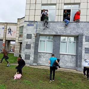 Studenten springen während einer Schießerei aus dem Fenster einer Universität. Ein Mann hat in der russischen Stadt Perm am Ural in einer Universität um sich geschossen und mehrere Menschen getötet.