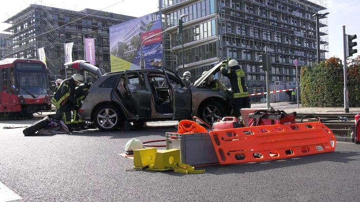 Feuerwehrleute im Einsatz nach einem Unfall in Köln-Ossendorf.