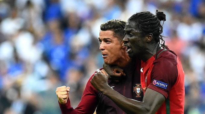 Cristiano Ronaldo und Eder bejubeln den EM-Titel Portugals am 10. Juli 2016.