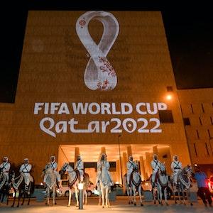 An die Fassade des Gebäudes in Souq Waqif Doha, der Hauptstadt von Katar, wird das Logo der Fußball-Weltmeisterschaft in Katar 2022 projeziert