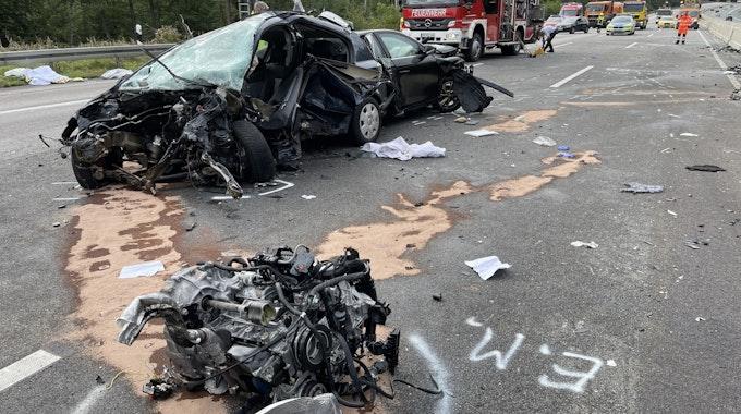 Der Motor eines der an dem Unfall auf der A5 in Hessen beteiligten Wagen wurde aus dem Fahrzeug gerissen.