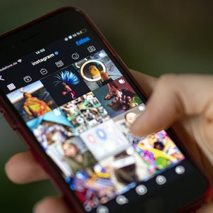 Auf dem Bildschirm eines Smartphones sieht man die Timeline in der App Instagram.