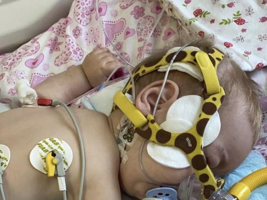 Timur hat eine seltene Krankheit und kann ohne Spendenhilfe nicht überleben.