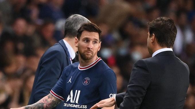 Lionel Messi geht an PSG-Trainer Mauricio Pochettino vorbei.
