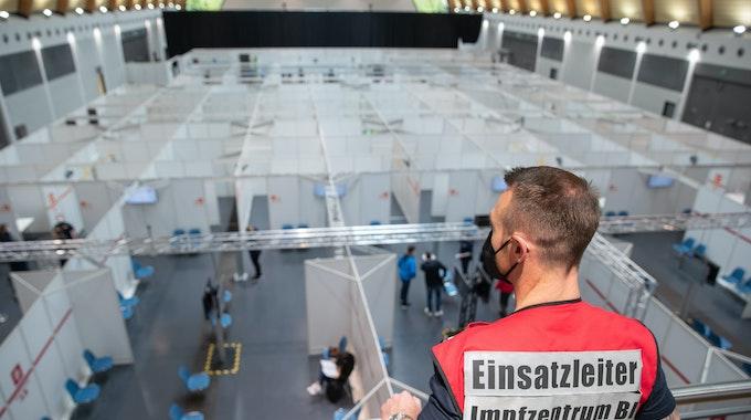 Ein Einsatzleiter blickt am 27. Mai 2021 von einer Empore auf das Impfzentrum in Bielefeld.
