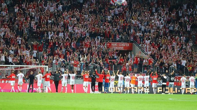 Die Mannschaft des 1. FC Köln steht nach dem Spiel gegen RB Leipzig vor der Südkurve.