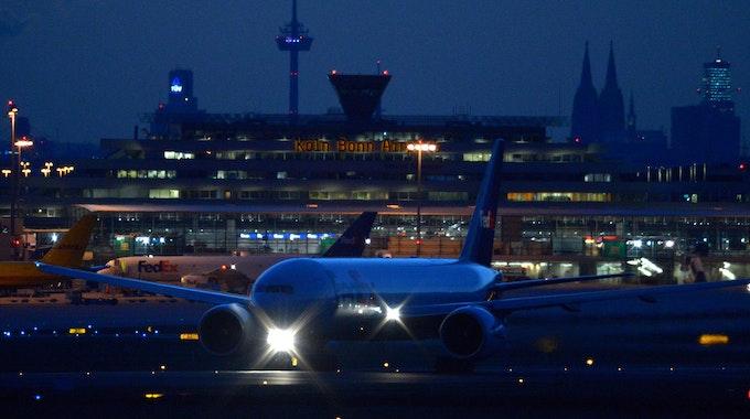 Ein Flugzeug startet am Donnerstag auf dem Flughafen Köln/Bonn.
