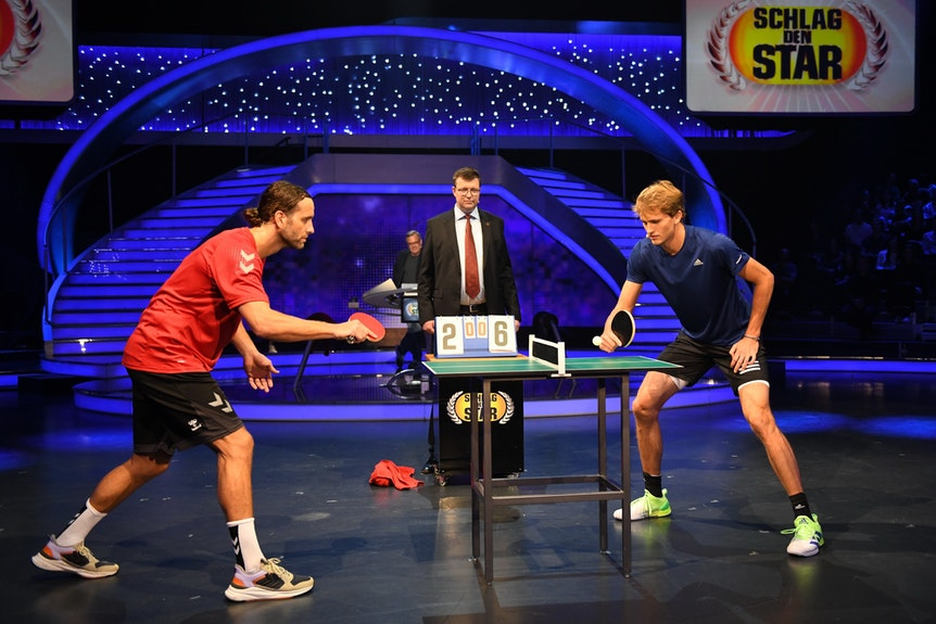 """Silvio Heinevetter spielt bei """"Schlag den Star"""" Tischtennis gegen Alexander Zverev."""