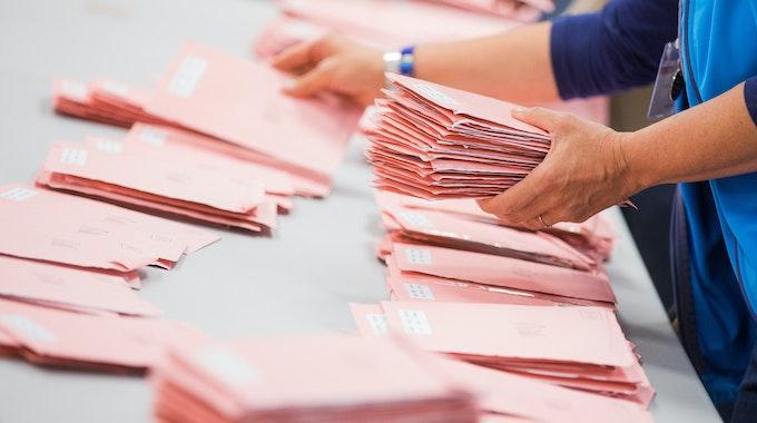 Wahlhelfer sortieren am 14.09.2017 in Köln die roten Wahlbriefe mit den abgegebenen Stimmen für die Bundestagswahl 2017.