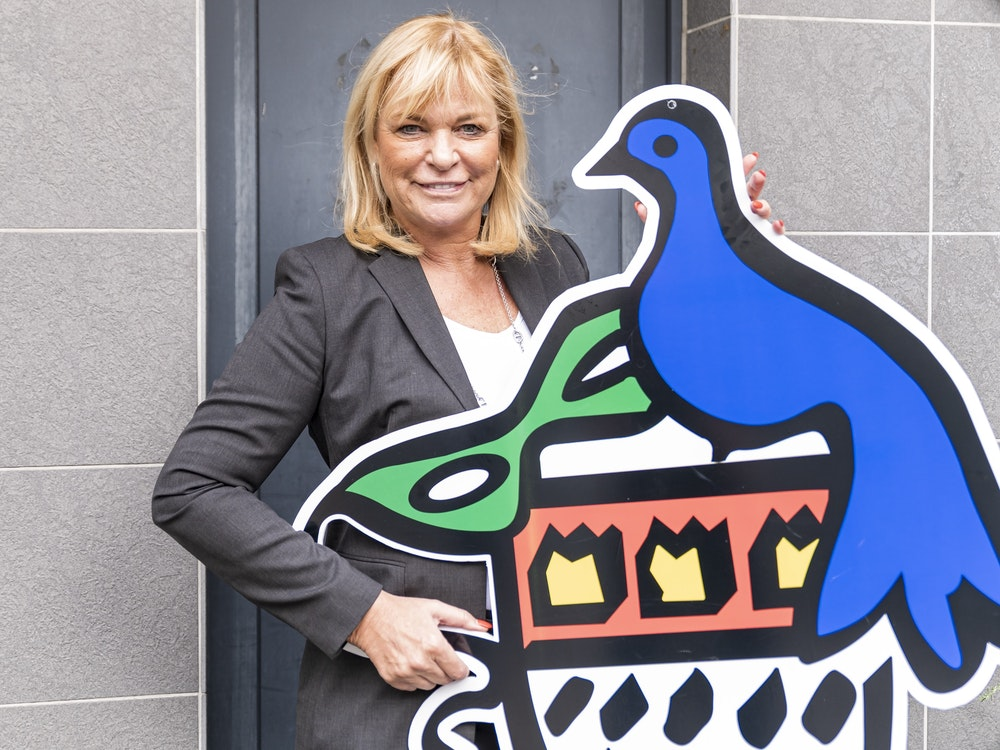 Ursula Brauckmann hält das Wappen der Colombinen in die Kamera.
