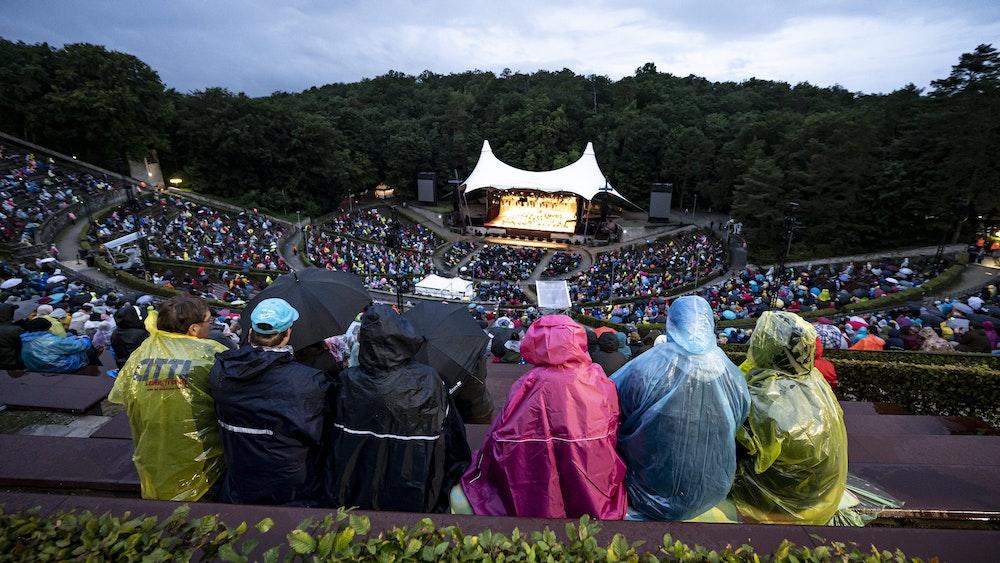 """Am Rande der """"Schlagernacht des Jahres"""" gab es in der Nähe der Waldbühne am Samstag (18. September) ein tragisches Unglück. Auf unserem Archivbild verfolgen Besucher am 26. August ein Konzert in der Waldbühne."""
