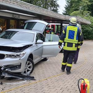 Ein beschädigtes Auto steht am 19. September 2021 an einem Hotel im sauerländischen Schmallenberg. Der Fahrer war in eine Gruppe von Menschen geraten, die auf der Terrasse gesessen hatten.